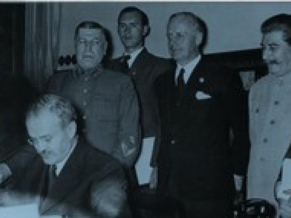 Slika: 23. avgust leta 1939 podpisan pakt med takratno Nemčijo in Sovjetsko zvezo, s katerim sta se dogovorili o nenapadanju in določili interesne sfere obeh držav v Evropi.(vir slike: erinnern.at)