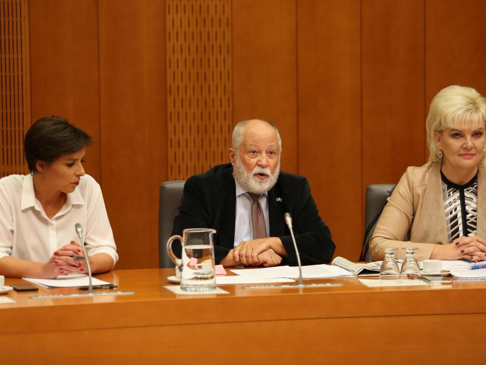 Slika: slika: Borut Peršolja (www.dz-rs.si) minister Peter J. Česnik, državna sekretarka Olga Belec