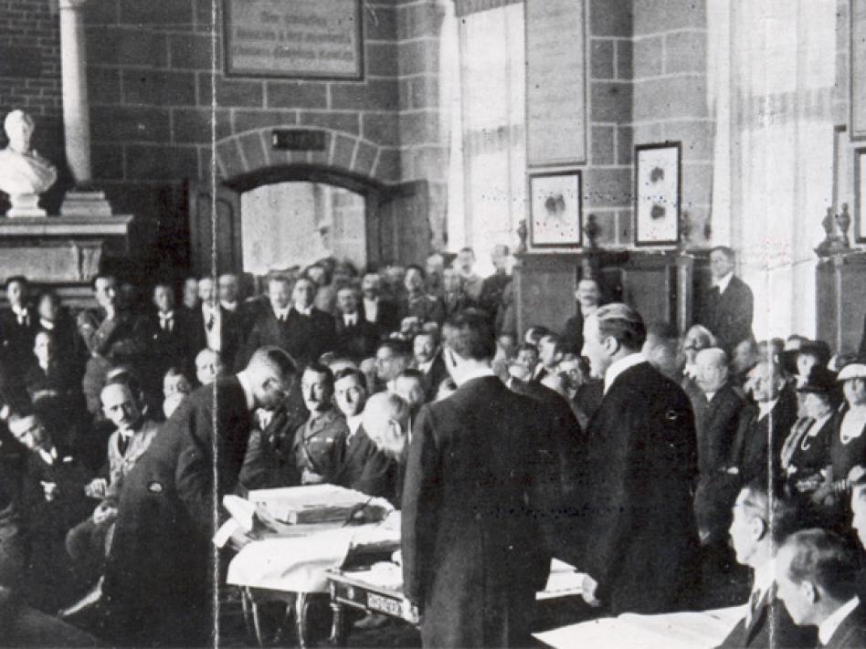 Bild: Foto: science@orf.at; ÖNB Staatskanzler Karl Renner unterschreibt am 10.9.1919 den Vertrag