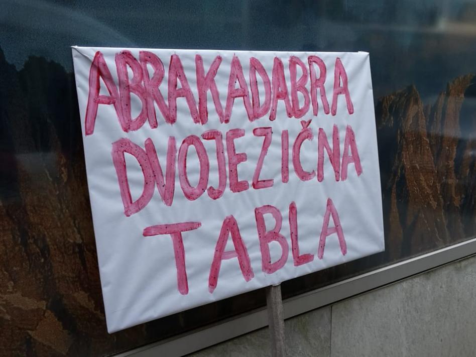 Slika: Abrakadabra, dvojezična tabla!
