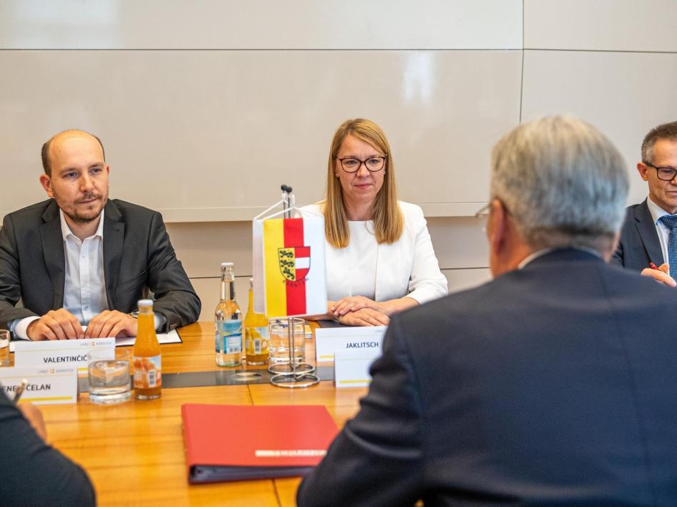 Slika: Ministrica Jaklitsch na obisku pri deželnemu glavarju Kaiserju julija 2020 slika: https://www.facebook.com/uradslovenci